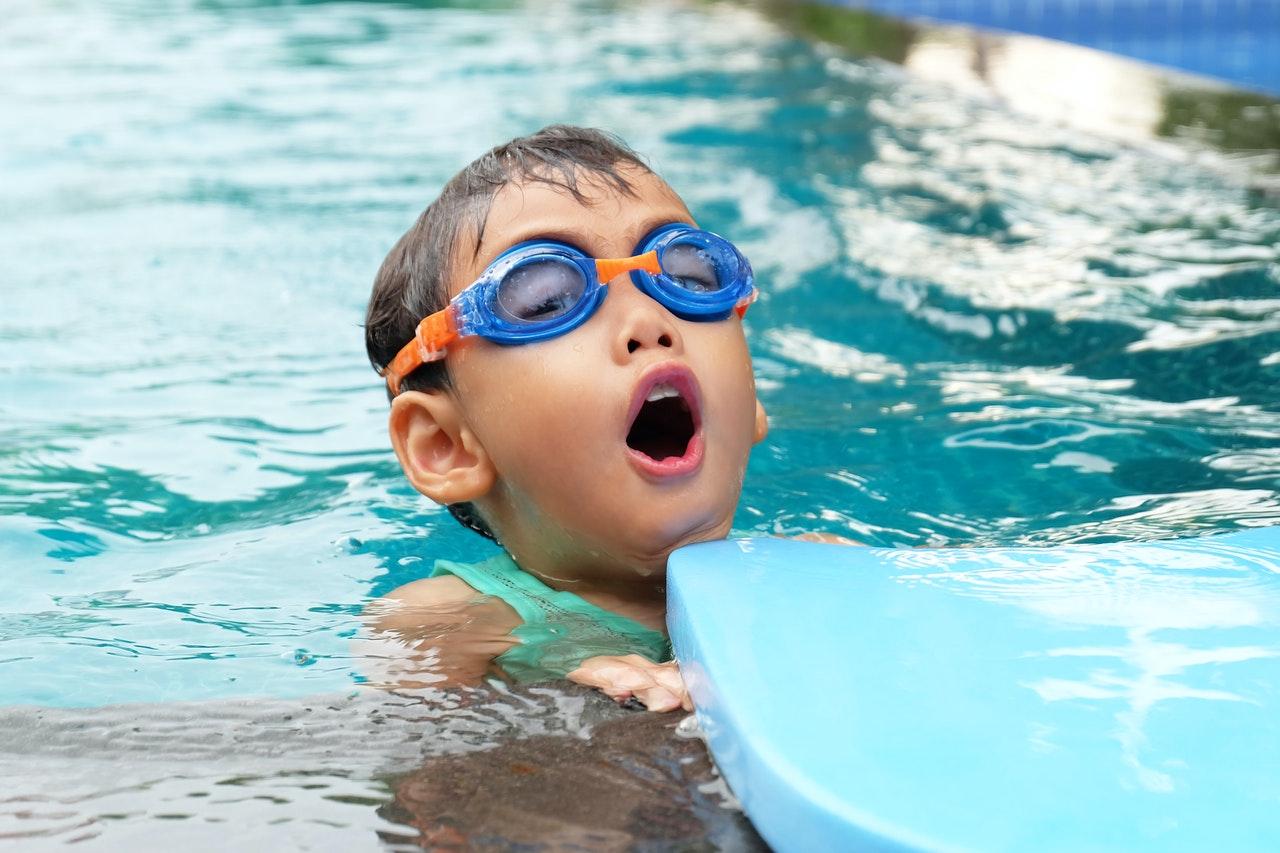 niño natación