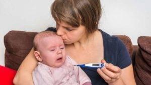 mama y bebe con termometro