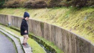 niño jugando en un puente