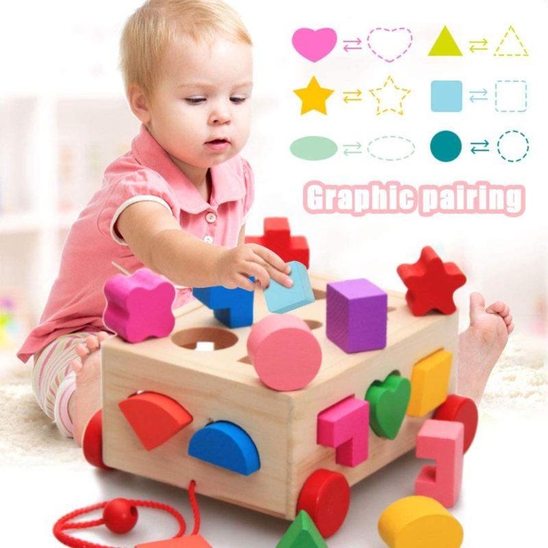 Niño jugando con puzle