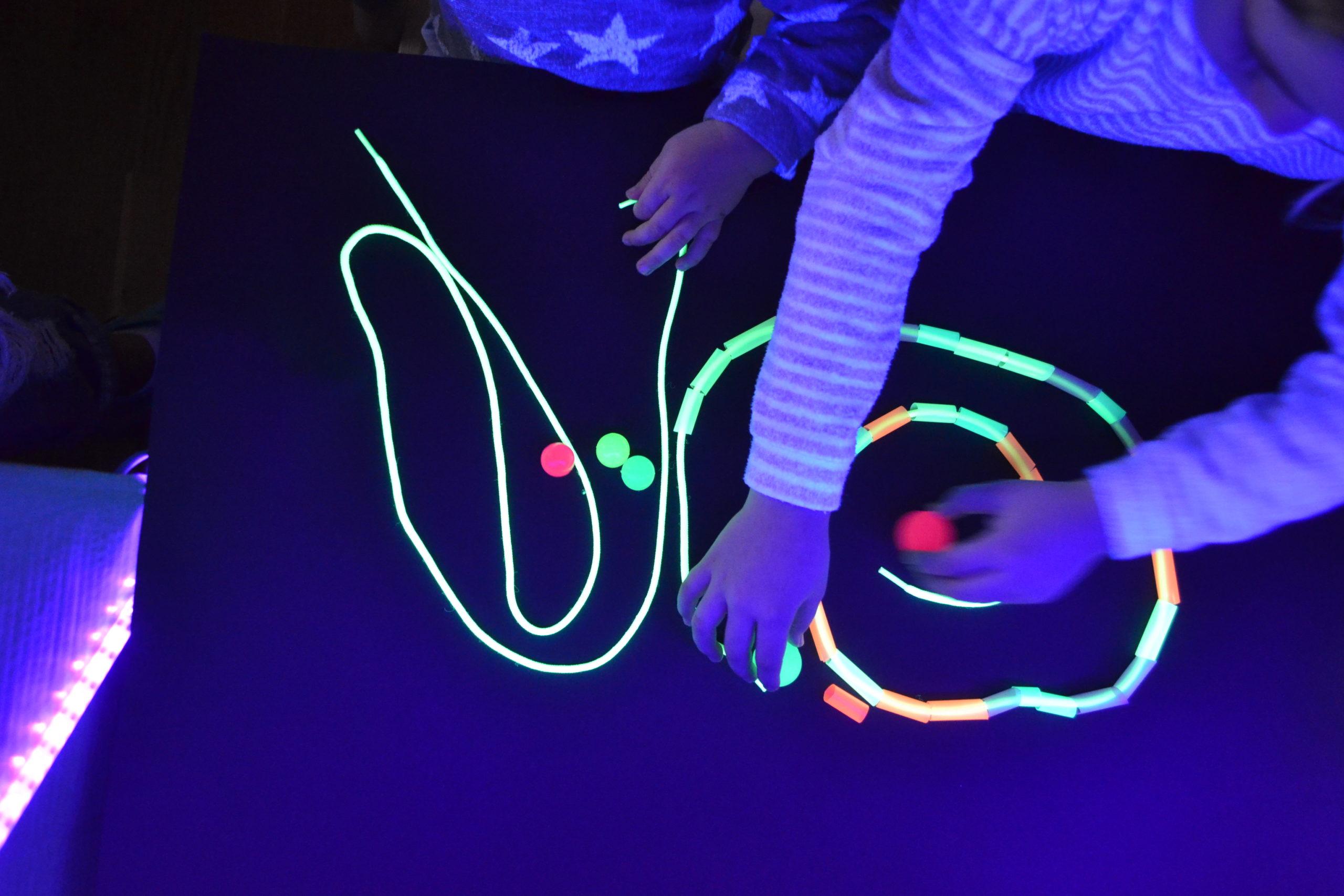 cordones y pelotas fluorescentes