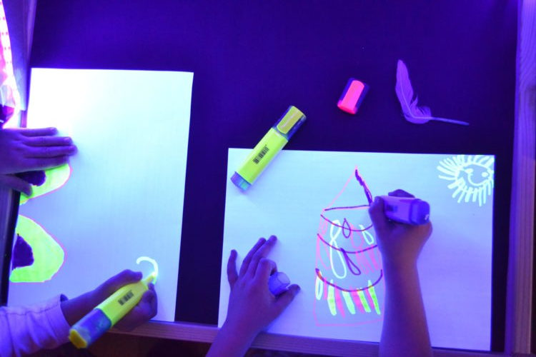dibujo infantil con rotuladores fluorescentes con luz negra