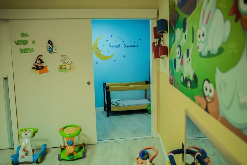 Pasillo y sala de cunas en la guardería de Albacete los mundos de Noa