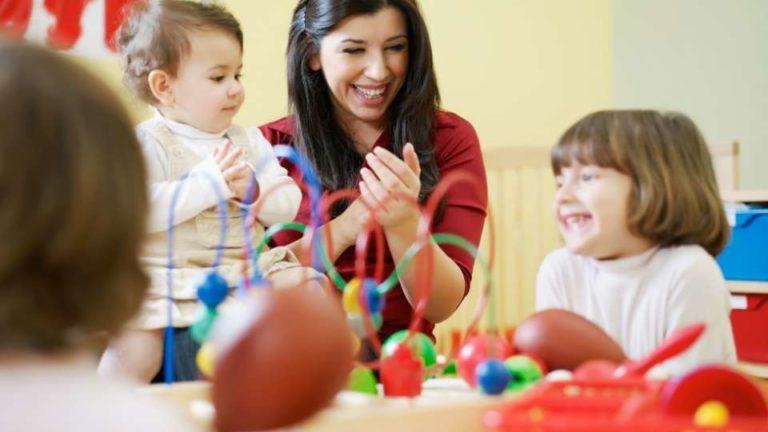Educadora en una guardería con niños