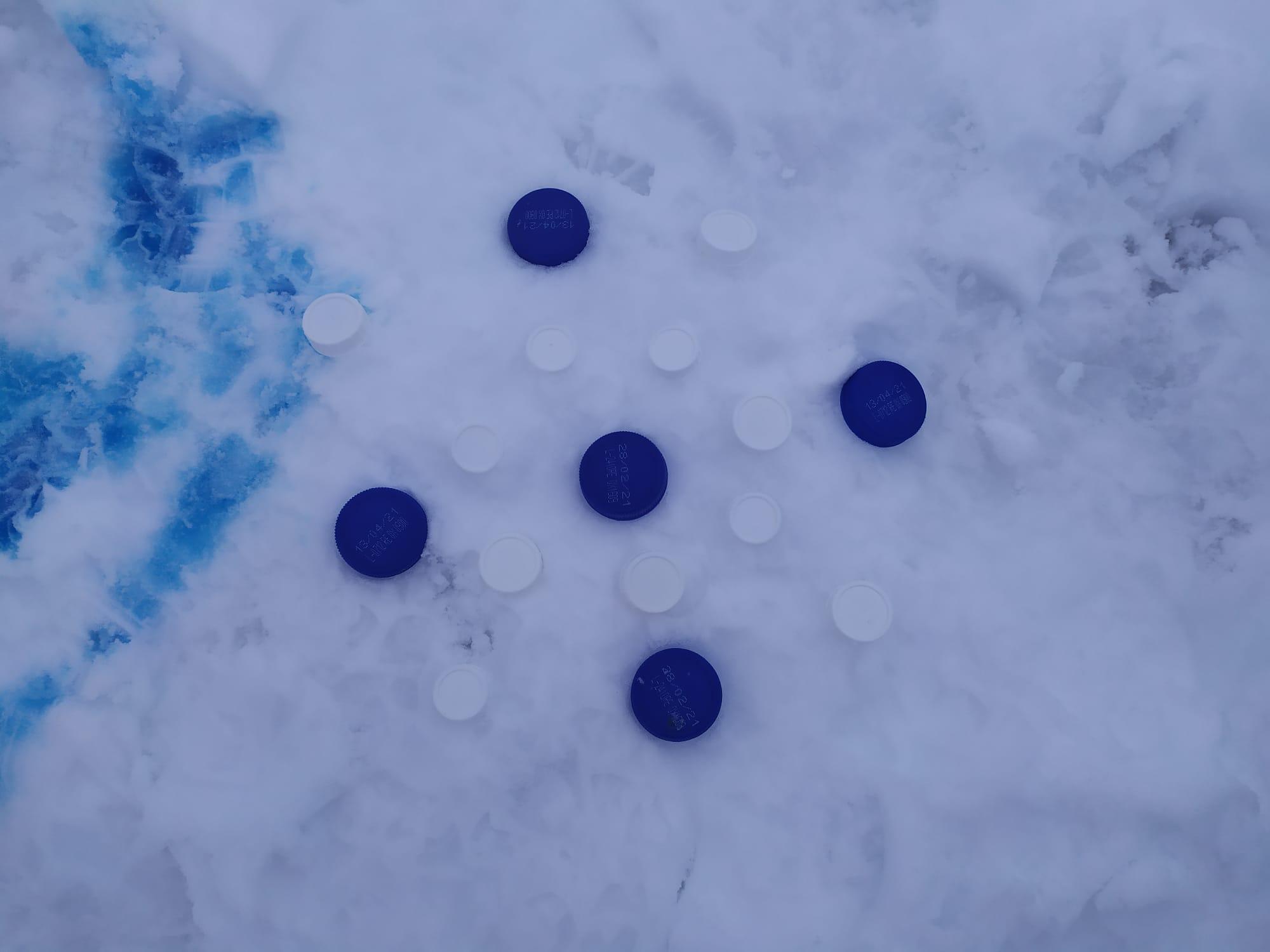 tapones que forman un mandala en la nieve