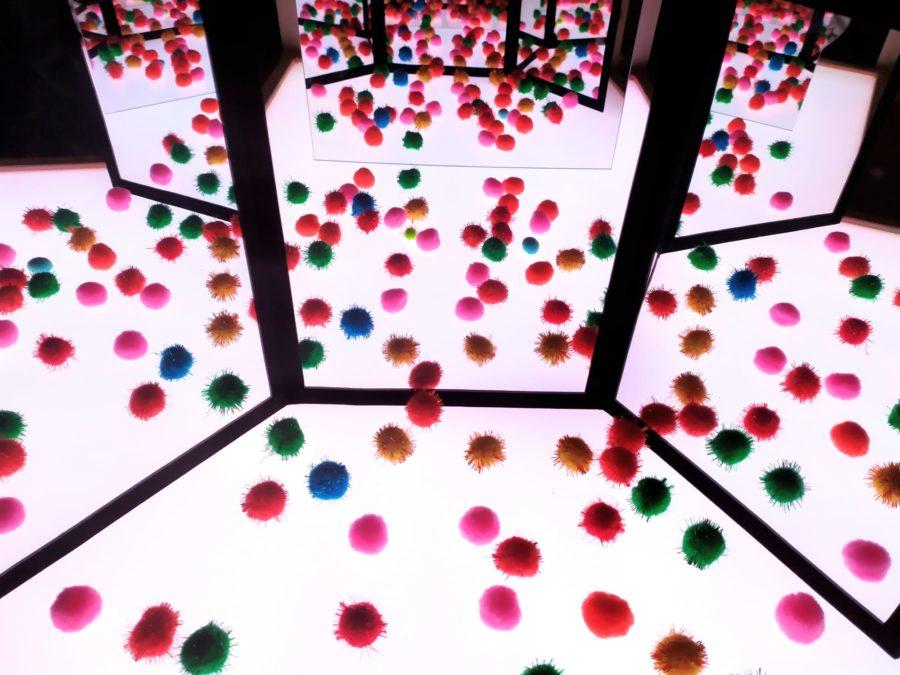 mesa de luz Yayoi Kusama