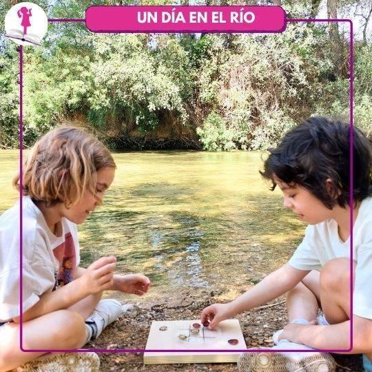 niñas jugando a 3 en raya en el río